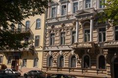 傲德萨,在乌克兰南部, Primorsky大道, 2018年7月10日 走在城市街道上在与古老大厦和gre的夏天 免版税库存图片