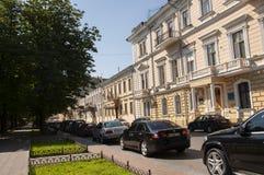 傲德萨,在乌克兰南部, Primorsky大道, 2018年7月10日 走在城市街道上在与古老大厦和gre的夏天 图库摄影