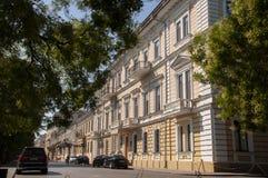 傲德萨,在乌克兰南部, Primorsky大道, 2018年7月10日 走在城市街道上在与古老大厦和gre的夏天 库存照片
