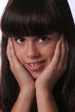 傻笑逗人喜爱的女孩的headshot 免版税图库摄影