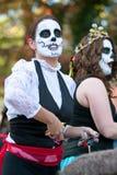 僵死妇女扔糖果拥挤在万圣夜游行 免版税图库摄影