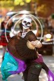 僵死风扇舞蹈演员在万圣夜游行执行 免版税库存图片