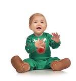 婴儿儿童女婴小孩坐的微笑的笑的看 免版税库存照片