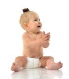婴儿儿童女婴小孩坐的微笑的笑 免版税库存照片