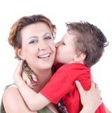 儿子亲吻母亲 免版税库存图片