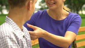 儿子和母亲有交谈在公园,信任的联系家庭友谊 股票录像
