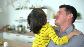 儿子和父亲画象  英俊的年轻父亲拿着他的他的胳膊的年轻儿子 愉快的系列 日父亲s 慢 股票录像
