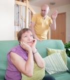 儿子和年长母亲在争吵期间 免版税库存图片