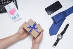 儿子给一件礼物爸爸 E 免版税库存图片