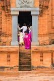 儿子Tay,越南- 2015年11月15日:传统礼服的Ao参观占城寺庙-在种族vil的Hidu塔的戴越南游人 库存图片
