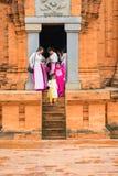 儿子Tay,越南- 2015年11月15日:传统礼服的Ao参观占城寺庙-在种族vil的Hidu塔的戴越南游人 库存照片