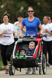 婴儿推车奔跑 库存图片