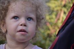 婴儿推车的小女孩 库存图片