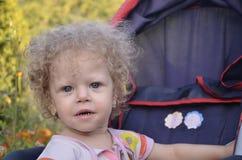 婴儿推车的小女孩 免版税图库摄影