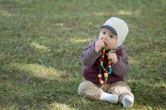婴儿男孩戏剧在公园 库存图片