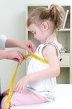 儿科医生评定的小孩的胸口 库存照片