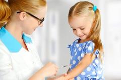 医治儿科医生做孩子被接种 免版税库存图片