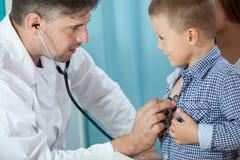 儿科医生听的学龄前儿童心脏 免版税库存照片