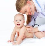 儿科医生听的婴孩心脏 库存照片