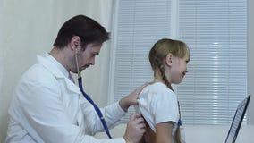儿科医生在办公室审查一个孩子 股票录像