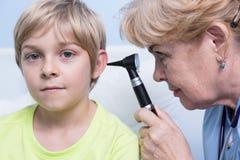 儿科医生审查的耳朵 库存照片