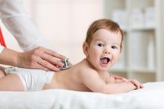 儿科医生审查的婴孩 医生使用 图库摄影