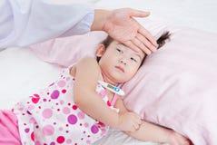 儿科医生护理的病的小女孩 免版税库存图片