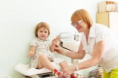 儿科医生称婴孩 免版税库存图片