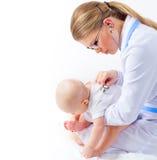 儿科医生治疗师的小婴孩 免版税库存照片