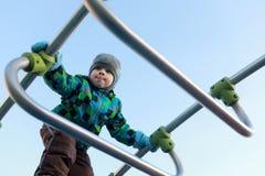 儿童上升的金属桥梁 免版税库存图片