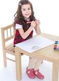 儿童与五颜六色的铅笔的女孩图画 免版税库存图片