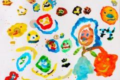 儿童与色的水彩油漆的` s图画在一张白色纸片 库存图片