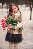儿童与花的女孩画象在舒适温暖的室外冬天步行 库存照片