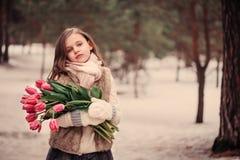 儿童与花的女孩画象在舒适温暖的室外冬天步行 图库摄影