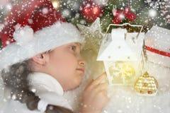 儿童与蜡烛灯笼和梦想,圣诞节decorati的女孩谎言 图库摄影