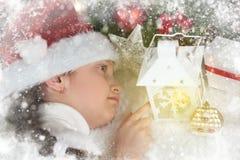 儿童与蜡烛灯笼和梦想,圣诞节decorati的女孩谎言 库存照片