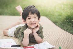 儿童与蜡笔的图画图片 免版税库存照片