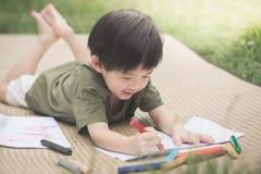 儿童与蜡笔的图画图片 免版税库存图片