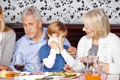 儿童与餐巾的清洁嘴 库存照片