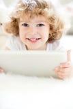 儿童个人计算机片剂使用 免版税图库摄影