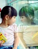 儿童中国查找的镜子 库存图片