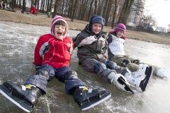 儿童乐趣滑冰的雪 免版税库存照片