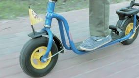 儿童乘驾在夏天公园快速地推挤反撞力滑行车 影视素材