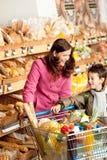 儿童买菜存储妇女 库存照片