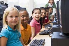 儿童了解计算机的幼稚园使用 免版税图库摄影