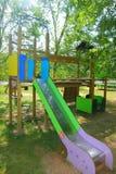 儿童五颜六色的本质室外公园幻灯片 免版税库存图片
