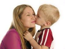 儿童亲吻母亲 免版税库存照片