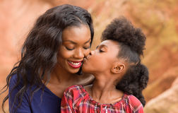 儿童亲吻母亲 免版税库存图片