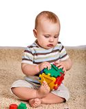 儿童使用与在地板上的难题玩具的男婴 库存图片