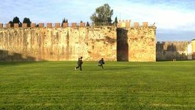 儿童使用室外在比萨,意大利 免版税库存图片
